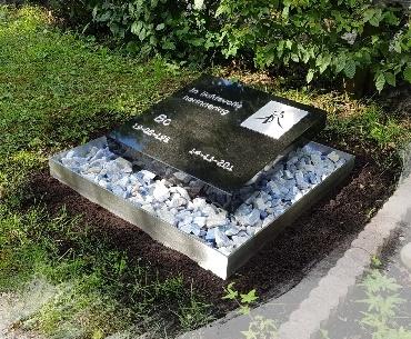 Grafsteen RvS met natuurstenen voor urnengraf