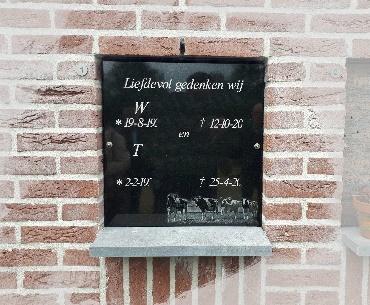Urnenmuur afdekplaat met tekst en gravure