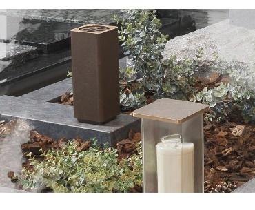 Grafsteen met Bronzen vaas en lantaarn