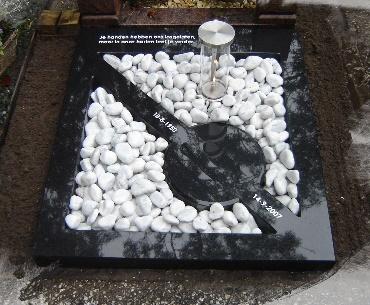 Grafsteen met een lantaarn met olitank eronder Zevenhoven