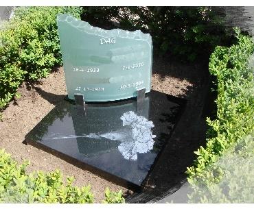 Grafsteen met Gebogen glasplaat met lasergravure op steen