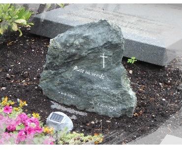 Ruwe steen met zandstraal tekst