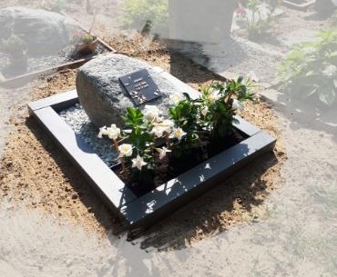 algemeen grafsteen met een zwerfkei