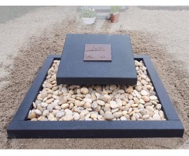 grafsteen Alphen aan den Rijn Donker gezoet zwart met bronzen tekst plaat