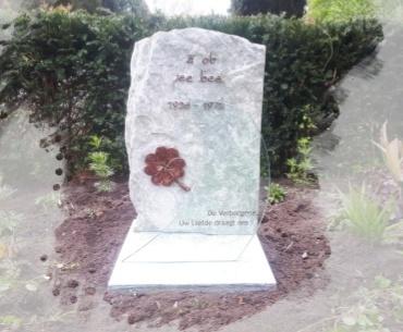 begraafplaats Hilversum st. barbara urnengraf met brons glas en hergebruik grafmonument