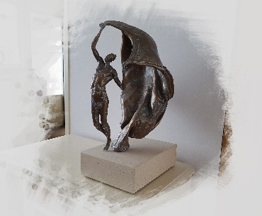 bronzen beeld met sokkel