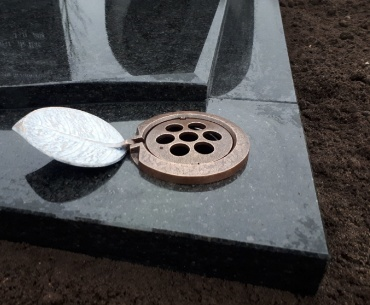 bronzen inbouw vaas met blad