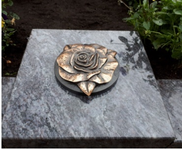bronzen inbouw vaas met roos
