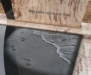grafsteen met Lasergravure strand op zwart graniet