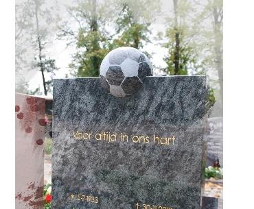 Grafsteen met Granieten voetbal