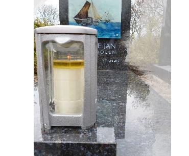 Grafsteen met foto achter glas en aluminium lantaarn