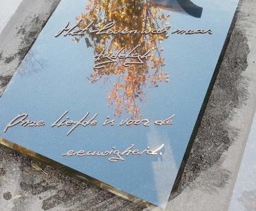 eigen handschrift omgezet in brons op grafsteen