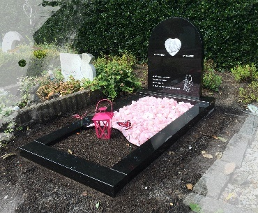 Kindergrafsteen met foto op glas en roze kiezel