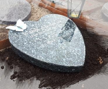 grafsteen algemeen hartvorm met glas vlinder