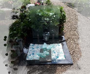 grafsteen algemeen met glasplaat en glazen vlinders