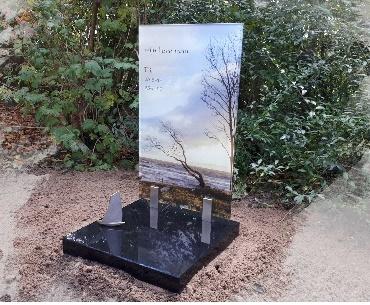 Grafsteen met Foto achter glas en bronzen bootje Woerden