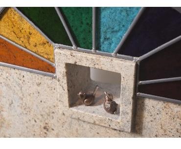 grafstenen met Glas in lood met bronzen vogeltjes