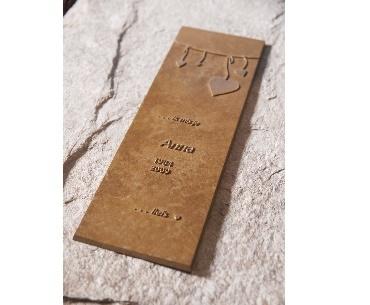 Grafstenen met Bronzen plak voor tekst met afbeelding