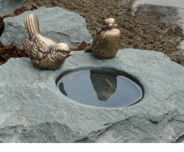 Bronzen vogeltjes bij drinkbakje