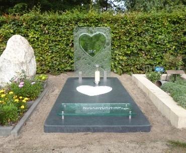 Grafsteen met glazen hart en lantaarn voor 7 dagen kaars te Alphen aan den Rijn
