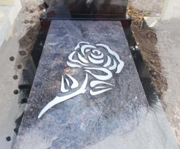 rvs uitgesneden roos verheven op dekplaat.