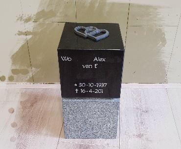 Urn granieten met tekst gezandstraald