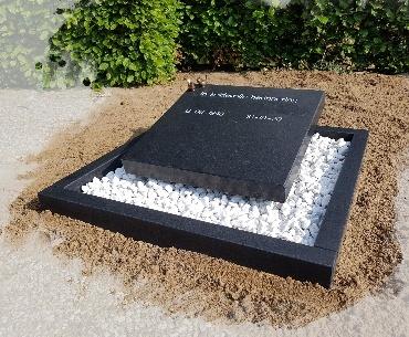 urnengraf zwart graniet gezoet met bronzen vogeltjes