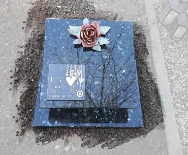 Urnengraf donker Labrador uit Noorwegen. bronzen roos tekst plaat