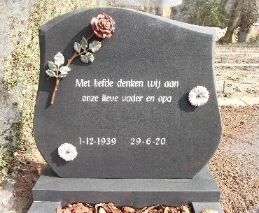 grafsteen algemeen met Bronzen accessoires